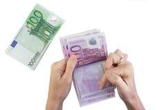 Mãos fêmeas que contam notas de banco Imagens de Stock