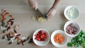 Mãos fêmeas que cortam o alho, fazendo a salada Vegetais principais do corte da vista superior Estilo de vida saudável, alimento  vídeos de arquivo