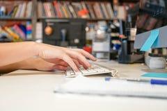 Mãos fêmeas que datilografam em um teclado no escritório Fotos de Stock
