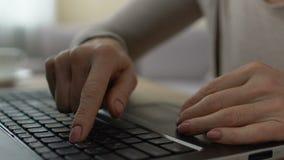 Mãos fêmeas que datilografam lentamente no teclado, estudo unconfident do usuário do computador vídeos de arquivo