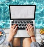 Mãos fêmeas que datilografam o conceito da piscina de Macbook fotografia de stock