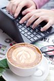 Mãos fêmeas que datilografam o texto em um teclado do netbook fotografia de stock