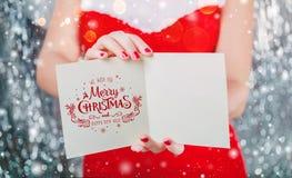Mãos fêmeas que guardam o cartão ou a letra do Feliz Natal a Santa Tema do Xmas e do ano novo fotos de stock