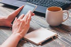 Mãos fêmeas que guardam o smartphone Imagem de Stock Royalty Free