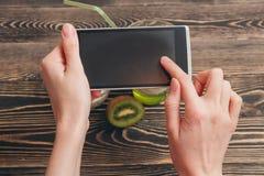 Mãos fêmeas que guardam o smartphone Fotos de Stock Royalty Free