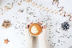Mãos fêmeas que guardam a xícara de café Fotografia de Stock
