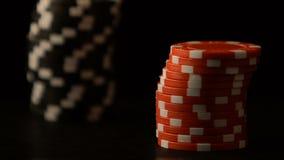 Mãos fêmeas que põem microplaquetas de pôquer sobre a tabela, aposta do jogo do casino, estratégia de vencimento filme