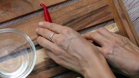 Mãos fêmeas que tomam a pimenta de pimentão vermelho picante da bandeja Vista superior Vegetariano e alimento vegeterian Estilo d video estoque