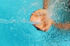 Mãos fêmeas que travam o respingo da água desobstruída Foto de Stock Royalty Free