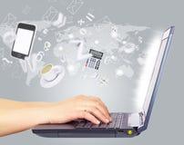 Mãos fêmeas usando o portátil Imagens de Stock Royalty Free