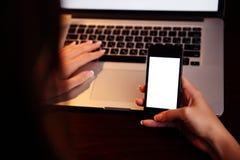 Mãos fêmeas usando o smartphone Fotos de Stock