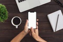 Mãos fêmeas usando o smartphone para a transação financeira pessoal fotos de stock royalty free