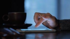 Mãos fêmeas usando o telefone esperto video estoque