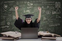 Mãos felizes do aumento do graduado da fêmea na classe Fotos de Stock Royalty Free