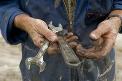 Mãos gordurosas com ferramentas Fotografia de Stock