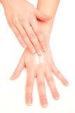 Mãos hidratando da mulher Imagens de Stock