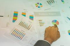 Mãos humanas com gráfico de ponto excedente dos originais de negócio, conceito do negócio Imagem de Stock Royalty Free