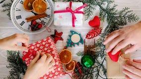 Mãos humanas com presente do Natal, vista superior vídeos de arquivo