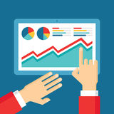 Mãos humanas com tabuleta e gráfico - ilustração da tendência do negócio no estilo liso do projeto Fotos de Stock Royalty Free