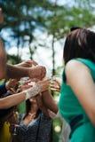 Mãos humanas do close-up que guardam vidros do champanhe Imagens de Stock