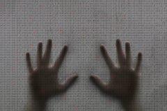 Mãos humanas do conceito e código binário do computador Imagem de Stock