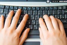 Mãos humanas que datilografam no teclado imagens de stock