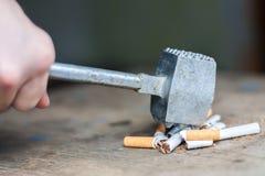 Mãos humanas que quebram os cigarros Foto de Stock