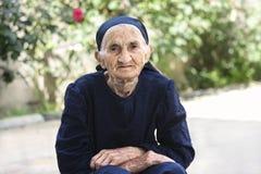 Mãos idosas da mulher dobradas Fotografia de Stock