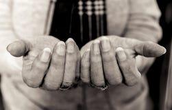 Mãos idosas do ` s da senhora em implorar o gesto Rebecca 36 Foto de Stock