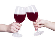Mãos isoladas dos vidros de vinho tinto do tinido Foto de Stock