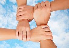 Mãos juntadas em um símbolo da cooperação Foto de Stock