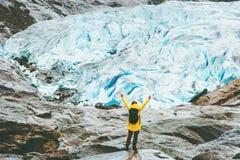 Mãos levantadas mulher que viajam em Noruega fotos de stock royalty free