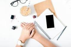 Mãos lisas da configuração da mulher com fundo do branco do tratamento de mãos do verão Imagens de Stock Royalty Free