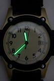 Mãos Luminescent no relógio de pulso Imagem de Stock