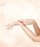 Mãos macias fêmeas da pele Imagens de Stock Royalty Free