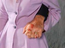 Mãos mais velhas da terra arrendada dos pares foto de stock royalty free