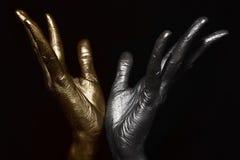 Mãos masculinas com composição metálica foto de stock