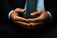 Mãos masculinas de um oficial ou de um fim do homem de negócios acima Os dedos tocam-se em O meio abstrato envelheceu o homem em  imagem de stock
