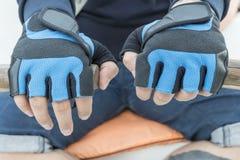Mãos masculinas em remos fotos de stock