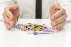 Mãos masculinas em torno do dinheiro do Euro Fotografia de Stock
