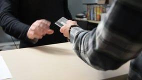 Mãos masculinas que compram com cartão de crédito vídeos de arquivo