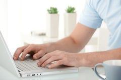 Mãos masculinas que datilografam no teclado Foto de Stock