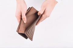 Mãos masculinas que demonstram uma carteira vazia imagem de stock