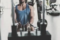 Mãos masculinas que exercitam a mais baixa unidade empurrada imagem de stock royalty free