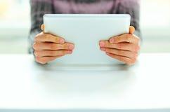 Mãos masculinas que guardam o tablet pc Imagens de Stock