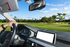 Mãos masculinas que guardam o volante do carro As mãos no volante de uma condução de carro perto da palma colocam Homem que condu Fotos de Stock