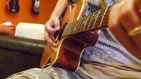 Mãos masculinas que jogam a guitarra clássica filme