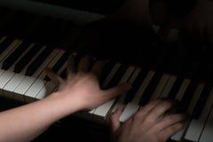 Mãos masculinas que jogam o piano imagem de stock