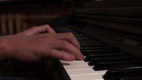 Mãos masculinas que jogam o piano Piano de concerto musical Instrumento do teclado vídeos de arquivo