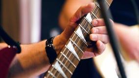 Mãos masculinas que jogam um solo da guitarra closeup filme